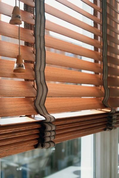 luxaflex houten jaloezieen luxaflex raamdecoratie. Black Bedroom Furniture Sets. Home Design Ideas