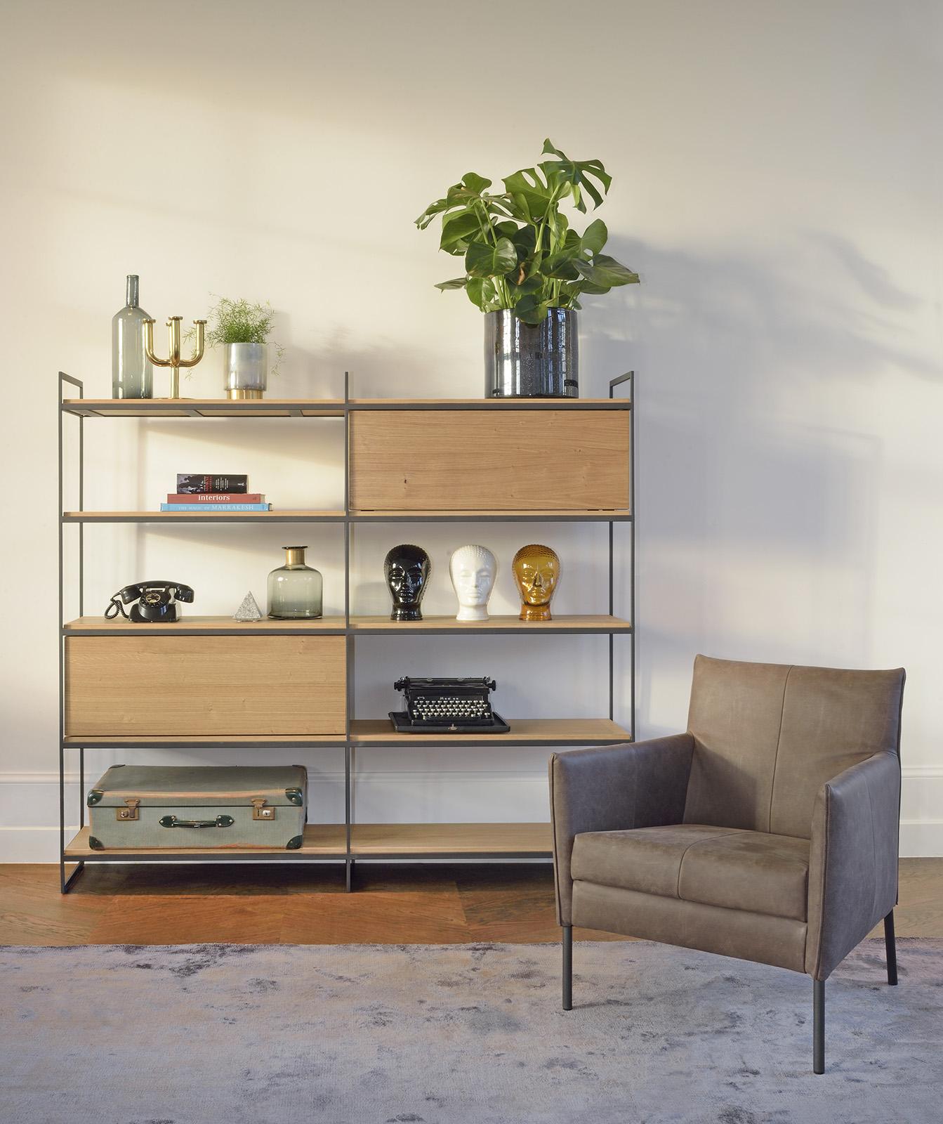 Bora kast met Dalia stoel uit de collectie Brown by Bert Plantagie